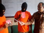 Kasat Res Narkoba Polres Badung, AKP Djoko Hariadi  memamerkan dua tersangka untuk diungkap ke publik - foto: Istimewa