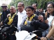 Motor berbody matic 'Si Gesits' akhirnya tiba di Bali setelah melakuka touring uji coba dari Jakarta menuju Bali. Skuter listrik Gesits ini merupakan karya anak bangsa yang rencananya bakal diproduksi secara massal di tahun 2017 - foto: Suyanto