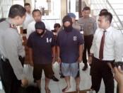 Kedua pelaku curas, Purnawan dan Bagong, yang ditahan di Mapolres Purworejo – foto: Sujono/Koranjuri.com