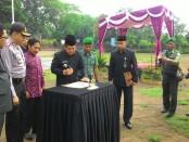 Walikota Denpasar, Ida Bagus Rai Dharma Wijaya Mantra menandatangani deklarasi kebangsaan dalam Apel Besar Kebhinekaan Cinta Damai di Lapangan Lumintang Denpasar, Selasa 15 November 2016 - foto: Istimewa