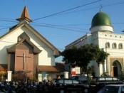 Masjid Al Hikmah dan Gereja Kristen Jawa (GKJ) Joyodiningratan di Solo, Jawa Tengah berdampingan dan menjadi simbol toleransi antar pemeluk agama dalam menjalankan ibadah sesuai keyakinan masing-masing - foto: istimewa/Koranjuri.com