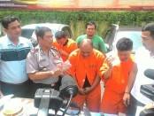 Empat pelaku kejahatan dengan modus tukar ATM diamankan Polsek Kuta berikut barang bukti uang dan puluhan kartu ATM dari berbagai Bank - foto: Suyanto