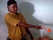 Polisi melakukan identifikasi jenasah korban Sarimin yang tewas akibat menenggak puluhan obat sakit kepala dicampur dengan minuman bersoda - foto: Sujono/Koranjuri.com