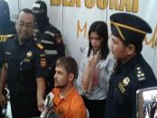 - Roman Kalashnikov (29) warga Negara Rusia menyelundupkan 2,999 kilogram narkotika jenis hasis ke Bali - foto: Suyanto