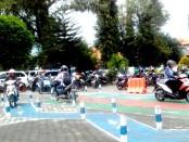 Para peserta tengah mengikutj ujian praktek SIM di Satlantas Polres Purworejo - foto: Sujono/Koranjuri.com