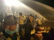 Petugas Damkar berusaha menjinakkan api saat tiga kapal ikan terbakar di Pelabuhan Benoa, Rabu, 25 Januari 2017, dini hari - foto: Istimewa