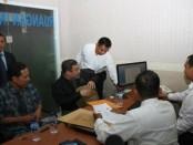 Didampingi tim kuasa hukumnya, mantan Jubir FPI Munarman memenuhi panggilan penyidik Polda Bali - foto: Istimewa