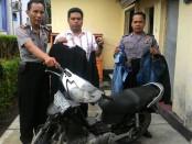 Sepeda motor milik maling jemuran dan barang bukti pakaian yang diamankan di Polsek Petanahan - foto: Sujono/Koranjuri.com
