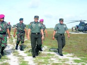 Danrem 161/Wira Sakti, Brigjen TNI Teguh Muji Angkasa memantau pulau Ndana dan Pulau Batek yang merupakan pulau terluar di wilayah Selatan Indonesia - foto: Istimewa