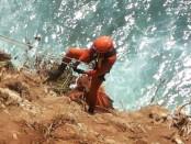 Petugas Basarnas Provinsi Bali mengevakuasi secara vertical jasad korban dari tebing Uluwatu - foto: Istimewa