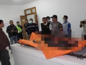 Kondisi jenasah Mantri Sugeng saat ditemukan tewas bersimbah darah, di rumahnya, Desa Banjurpasar RT.02 RW.01, Buluspesantren, Kebumen, Sabtu (21/1) - foto: Sujono/Koranjuri.com