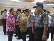 Bupati Purworejo, memberikan ucapan selamat pada anggota Satgas Saber Pungli usai dikukuhkan – foto: Sujono/Koranjuri.com