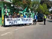 Aksi damai Pergerakan Mahasiswa Islam Indonesia Kebumen, menuntut FPI dibubarkan, Sabtu (28/1) – foto: Sujono/Koranjuri.com