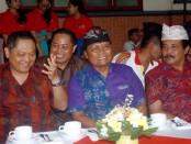 Ki-ka: Walikota Denpasar, Ida Bagus Rai Dharmawijaya Mantra, Kepala SMK PGRI 3 Denpasar, I Nengah Madiadnyana dan Ketua PGRI Provinsi Bali, I Gede Wenten Aryasuda - foto: Wahyu Siswadi/Koranjuri.com