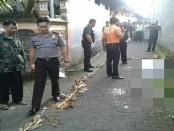 Polisi mengevakuasi jasad Imran (34) yang dari Jalan Gunung Salak Utara, Gg. Esa No. 99, Banjar Abasan, Desa Padang Sambian Kelod, Kecamatan Denpasar Barat, Sabtu, 25 Februari 2017 - foto: Istimewa