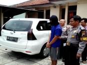 Yoyok, tersangka penggelapan mobil rental dengan barang bukti mobil Daihatsu Xenia - foto: Sujono/Koranjuri.com