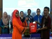 Budiyono, saat menerima mahasiswa asal Malaysia, untuk PPL di SMK N 1 Purworejo - foto: Sujono/Koranjuri.com