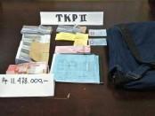 Sejumlah barang bukti yang diamankan dalam operasi tangkap tangan (OTT) retribusi karcis Pariwisata di Bangli - foto: Suyanto