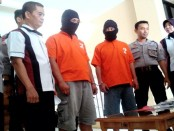 Kedua tersangka pemakai shabu, Supriyono dan Joko Winoto, kini ditahan di Mapolres Purworejo – foto: Sujono/Koranjuri.com