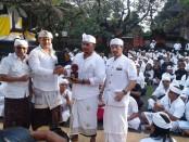 Ikrar damai antara Ormas Laskar Bali dan Baladika yang digelar di Pura Jagatnata, Denpasar dengan persembahyangan bersama - foto: Suyanto/Koranjuri.com