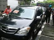 Kendaraan roda empat terkena sanksi tilang di jalan Kartini, Denpasar, Jumat, 3 Februari 2017 - foto: Koranjuri.com