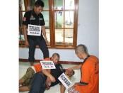 Jalannya rekonstruksi kasus pembunuhan Mantri Sugeng, Selasa (21/2), di Desa Banjurpasar, Buluspesantren, Kebumen – foto: Sujono/Koranjuri.com
