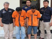 Kedua tersangka pencurian kayu Perhutani - foto: Sujono/Koranjuri.com