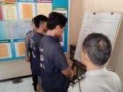 Kedua pelaku penganiayaan, MS dan ANF, kini ditahan di Mapolsek Loano - foto: Sujono/Koranjuri.com