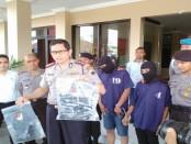 Kapolres Purworejo, AKBP Satrio Wibowo, SIK, saat menunjukkan barang bukti dan kedua pelaku pembunuhan - foto: Sujono/Koranjuri.com