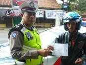 Petugas menunjukkan bukti pembayaran E-Tilang - foto: Sujono/Koranjuri.com