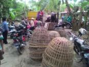 Barang bukti yang berhasil disita dari penggrebegan judi sabung ayam di Desa Surarejan, Puring, Kamis (16/3) - foto: Sujono/Koranjuri.com