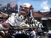 Ogoh-ogoh yang dibuat oleh warga Banjar Bengkel, Denpasar ini memang ukurannya memang cukup besar. Beratnya mencapai hampir 2 ton dengan diameter sekitar 5x12 meter. Ogoh-ogoh dengan tema Celuluk ini akan diarak pada malam pengerupukan atau malam menjelang Nyepi,  Jumat (20/03/2015) - foto: Koranjuri.com