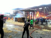 Pabrik pengolahan kayu PT Indotama Micron Kahar yang terbakar - foto: Sujono/Koranjuri.com