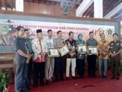 Pemberian penghargaan kepada sejumlah tokoh di Kebumen oleh PWI Kebumen, dalam puncak HPN 2017 – foto: Sujono/Koranjuri.com