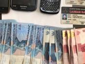 Sejumlah barang bukti yang diamankan dari dua oknum anggota Ormas di Bali yang melakukan pidana pemerasan - foto: Istimewa