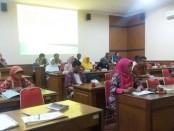 Para peserta tengah mengikuti program Keahlian Ganda jurusan tekhnik kendaraan ringan (otomotif) yang diselenggarakan di SMK N 1 Purworejo - foto: Sujono/Koranjuri.com