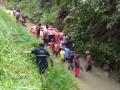 Kondisi mikro bus yang masuk sungai sedalam 5 meter – foto: Sujono/Koranjuri.com