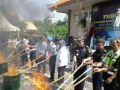 Ratusan jenis barang yang tak dilengkapi ijin dimusnahkan di Kantor Bea Cukai Ngurah Rai, Bali, Rabu, 19 April 2017. Barang tersebut hasil sitaan selama 2016 - foto: Suyanto