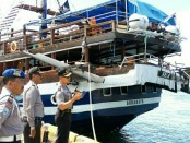 Kapolsek Wilayah Perairan Pelabuhan Benoa, Kompol I Nyoman Gatra memantau insiden tabrakan kapal di dermaga timur Pelabuhan Benoa - foto: Istimewa