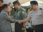 Wakil Kepala Kepolisian Daerah Bali Brigjen Pol. I Gede Alit Widana, menyambut kedstangan Wakil Presiden Jusuf Kalla di Bandara Internasional Ngurah Rai, Selasa, 11 April 2017 - foto: Istimewa