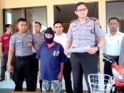 EP (68), pelaku pencabulan dengan korban 4 anak dibawah umur, saat pers rilis di Mapolres Purworejo, Senin (17/4) – foto: Sujono/Koranjuri.com