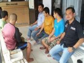 Ketiga tersangka pembunuhan mantri Sugeng saat menjalani test kesehatan sebelum dilimpahkan ke kejaksaan - foto: Sujono/Koranjuri.com