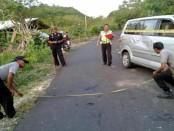 Kecelakaan tunggal mobil yang mengangkut wisawatan di Nusa Penida. Akibat kejadian itu, 5 orang termasuk sopir harus mendapatkan penanganan medis - foto: Istimewa