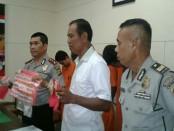 4 orang pelaku diamankan dengan BB sabu-sabu seberat 18 gram. Salah satu pelaku berinisial MSG merupakan karyawan honorer di kantor Dinas - foto: Suyanto