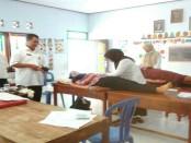 Peserta KB tengah menjalani pemeriksaan dan pemasangan alat kontrasepsi. - Foto: Sujono/Koranjuri.com