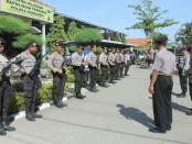 Satu regu pasukan jarmat, siap menyambut kedatangan Kapolda Jateng, Irjend Pol Drs Condro Kirono, MM, MHum ke Polres Kebumen - foto: Sujono/Koranjuri.com
