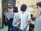 Kedua pelaku judi togel, Satino dan Suprapto, warga Sucenjurutengah, kini ditahan di Mapolsek Bayan - foto: Sujono/Koranjuri.com