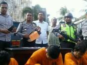 Empat tersangka kasus penjambretan di Jalan Kayu Aya, Seminyak  digelandang polisi - foto: Suyanto