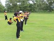 Para personel Polres Kebumen, tengah melakukan latihan - foto: Sujono/Koranjuri.com