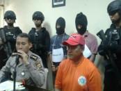 Pelaku yang merupakan kurir narkoba jaringan internasional ditangkap polisi dengan barang bukti 1,1 kg sabu-sabu dan 501 butir ekstasi - foto: Suyanto